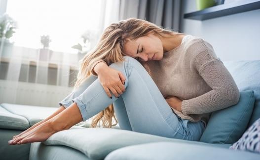 پریود دردناک به چه دلیل رخ میدهد و راهکار درمانی آن چیست؟